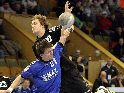 Házenkáři Karviné (v černém Ondřej Šulc) pokračují v play off.
