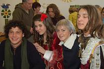 Žáci ZŠ Majakovského v Karviné vítali hosty z projektu Comenius tradičně po slovansku – chlebem a solí.