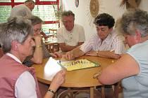 Na tahu je právě pozdější vítězka turnaje Zdeňka Becková z Klubu důchodců učitelů.