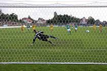 Martin Opic právě proměňuje penaltu, po které se domácí dostali do vedení 1:0.