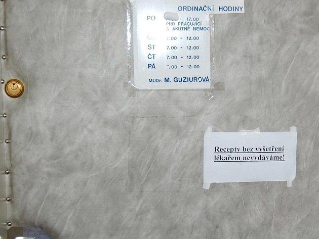 Lékaři vítají pacienty varováním.