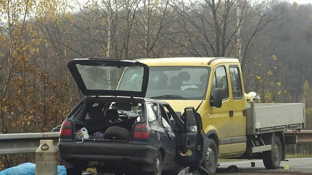 V Chotěbuzi na viaduktu přes železniční trať poblíž Rybího domu došlo k čelnímu střetu osobního vozidla s dodávkou.