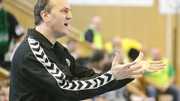 Trenér házenkářů Jozef Hanták jako by se divil výrokům polských rozhodčích na turnaji v Dzierzonówě.