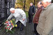 Zástupci vedení města položili květy u památníku v areálu kostela sv. Anny.