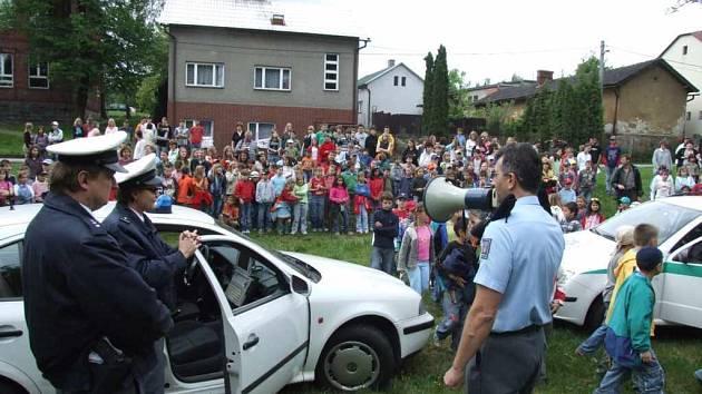 Školáci z Horní Suché se místo vyučování seznamovali s prací policistů a hasičů.
