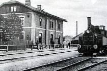 Nádražní budova ve Fryštátě počátkem 20. století. Na kolejišti nákladní vlak s parní lokomotivou.