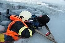 Dobrovolní hasiči z Kopytova, Dětmarovic a Gorzyc, včetně vodních záchranářů, cvičili na Kališově jezeře záchranu tonoucího na zamrzlém jezeře