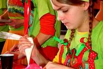 Na festivalu Wypieki letos zabodovali bohumínští školáci. Na snímku Nikola Liberdová zdobí perníčky.