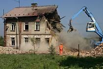 Vybydlené domy, které dělaly městu ostudu, jdou postupně k zemi.