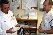 Předseda krajské lékařské odborové organizace a havířovský chirurg Martin Sedláček (vlevo) na snímku, kdy přebíral jednu z prvních výpovědí od zástupce primáře havířovské Mezioborové JIP Petera Schwarze.
