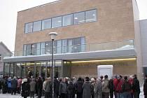Davy lidí se ve středu tísnily před Obecním domem Družba, který prošel tento rok rekonstrukcí, aby mohli být u slavnostního otevření pro veřejnost. Oprava objektu, jehož kapacita je 350 lidí, stála podle slov karvinské mluvčí 110 miliónů korun.