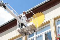 Před zahájením kulturního programu se uskutečnilo tradiční vyvěšení slunka na budovu obecního úřadu. Tím Těrličané každoročně vítají léto.
