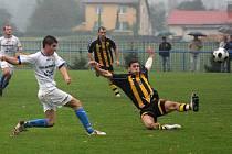 Fotbalisté Těšína (ve žlutočerných dresech) se drží v nabitém středu tabulky přeboru.