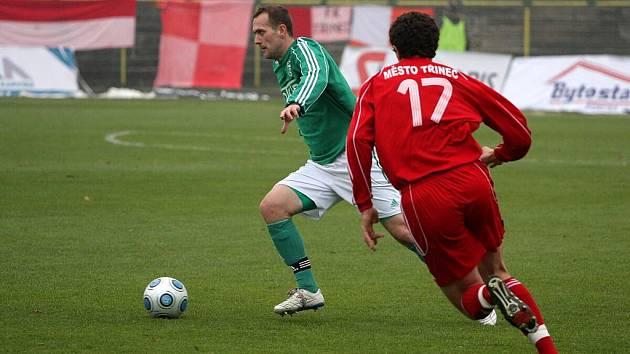 Ján Novák (v zeleném) je karvinský dříč a poctivec. Utkání s Třincem mu vyšlo.