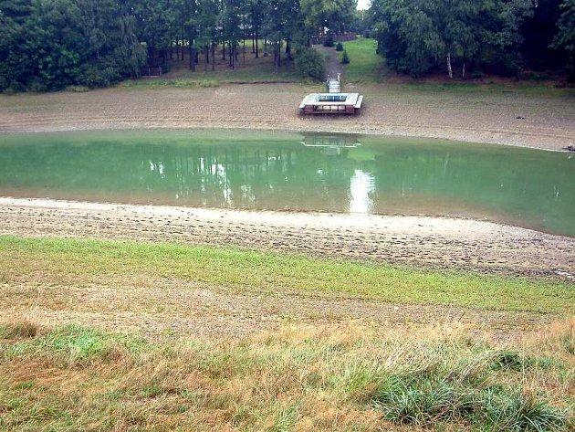 Kvůli nízké hladině jsou na suchu i mola a do špinavé vody se odváží jen málokdo.