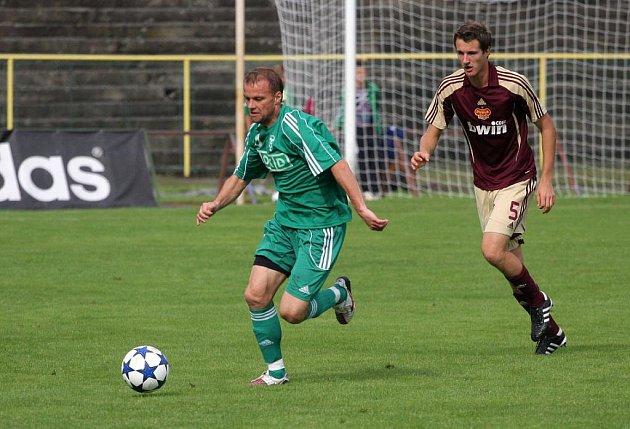 Fotbalisté Karviné (v zeleném) se rozešli smírně s Duklou Praha.