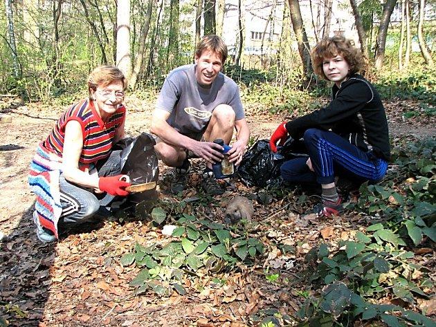 Jarmila Tomášková, Tomáš Klimecký a Jarmila Stýblová při úklidu lesoparku.
