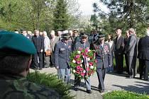 Kladení věnců u památníku padlých vojáků