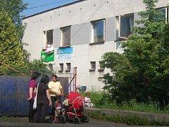 V objektu v areálu bývalé panelárny v Karviné žijí lidé, kteří tam nemají co dělat.