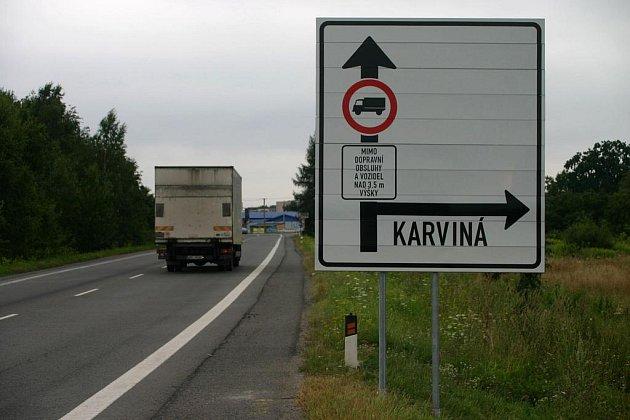 Město Bohumín nechalo na příjezdu od Ostravy umístit neobvyklou dopravní značku, který zakazuje vjezd do centra autům vyšším něž 3,5 metru