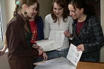Děvčata (vlevo autorka projektu Julia Poloková) při poslední konzultaci návrhů modelů, které samy vytvořily a podle nichž vzniknou zajímavé kreace na charitativní módní přehlídku.