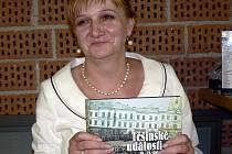 Irena Cichá na výstavě Těšínské událostí 19. - 21. století  - Cieszyńskie wydarzenia XIX – XXI wieku s knihou, která má stejný název