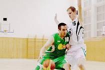 Basketbalisté Karviné (v bílém Michal Peter) mají na úvod sezony jednu výhru.