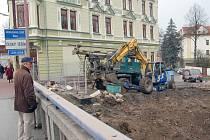 Muž si na mostě Družba prohlíží místo, kde brzy opět vyroste budova legendární kavárny Avion.