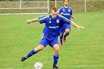 Petrovičtí fotbalisté (u míče Michael Reichl) pod trenérem Kročilem ještě neprohráli.