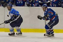 Hokejisté Karviné (v modrém) přešli přes Valmez do semifinále II. ligy.