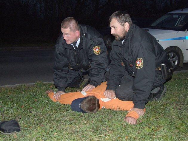 Proti některým lidem musejí strážníci použít razantnější postupy. Ilustrační snímek