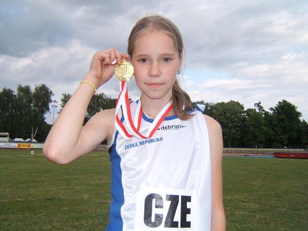 Mladá atletka Orlové Emila Gerulová se zlatou medailí z Varšavy.
