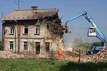 Dva domy šli k zemi v ulici Petra Cingra. Na jejich místě by měly vyrůst nové byty.