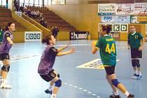 Starší žačky Sokola postupují v žákovské lize. Vpravo Lucie Kaňová, u míče s č. 44 Andrea Bortlová.