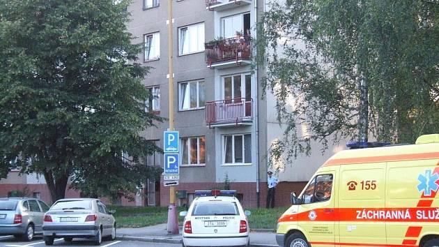 K mrtvé ženě volali lidé policii do tohoto domu