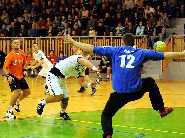 Házenkáři Karviné (v bílém) vyhráli ve Frýdku-Místku o jediný gól.