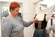 Kurátorka výstavy Eva Hovorková představuje části lidových krojů.