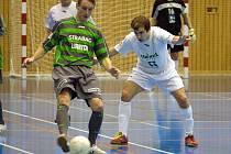 Stonavský Václav Potůček (vpravo) se jednou trefil v prvním duelu čtvrtfinále Celostátní ligy futsalu - sálového fotbalu. Premium smolně prohrálo na penalty.