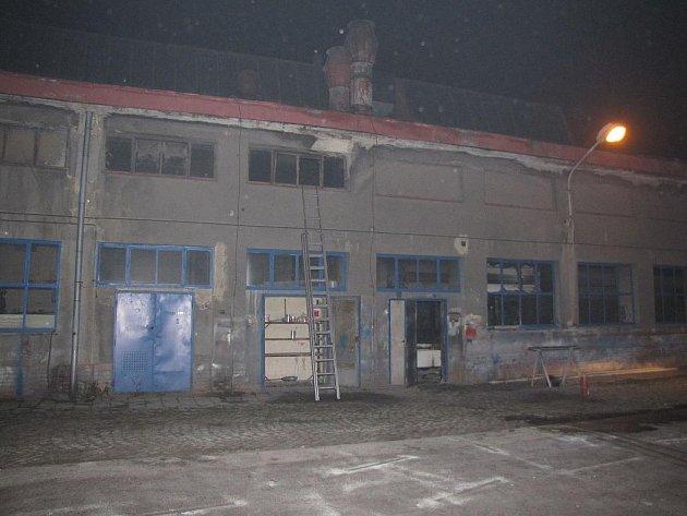 Při pátečním požáru v lakovně karvinského ČSAD byli zraněni tři dělníci.