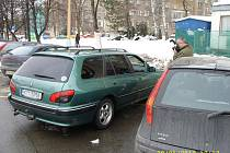Vloupání do vozidla. Technik dokumentuje způsobené škody.