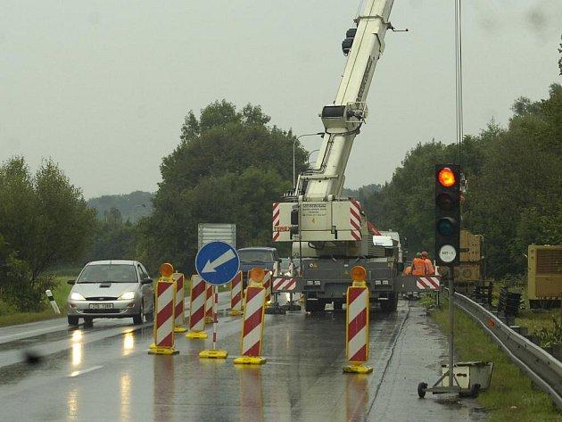 V Karviné-Loukách začala uzavírka silnice vedoucí do Českého Těšína. Cesta byla poškozena při květnové povodni, nyní se silničáři pustili do opravy