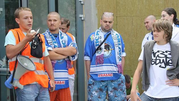 Fanoušci orlovského hokeje se ve středu srotili před budovou Kulturního domu v Orlové, aby dali radním města vědět, že se jim nelíbí stěhování druhé ligy do Karviné.