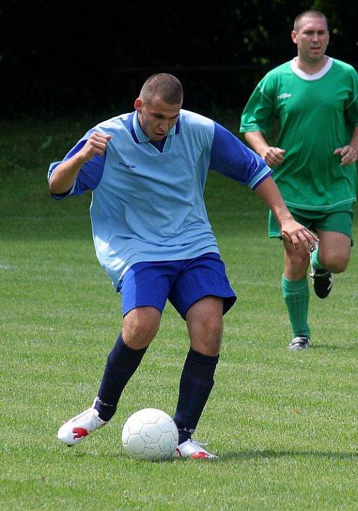 Doubravský turnaj vyhrál Baník Rychvald. Na snímku zápolí hráči Interu Petrovice (modré dresy) s Baníkem F. Orlová.