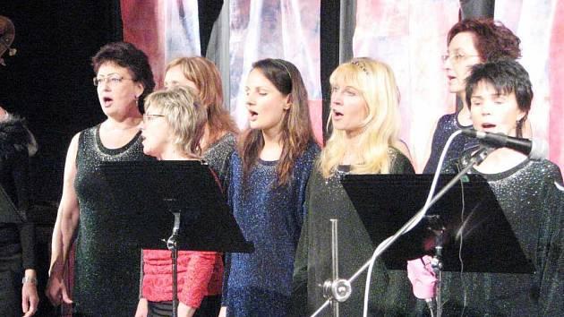 CANTABILE. Na  tradičním koncertu Základní umělecké školy Leoše Janáčka zazpíval téměř celý učitelský pěvecký sbor.