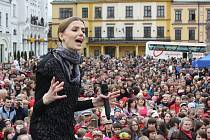 Na náměstí v polském Těšíně se v pondělí zpívalo. Se svým hvězdným týmem amaterských zpěváků, se souteží v polské obdobě česko-slovenské Superstar, Válce o hlasy se představila česká rodačka a momentálně nejpopulárnější polská zpěvačka Halina Mlynková
