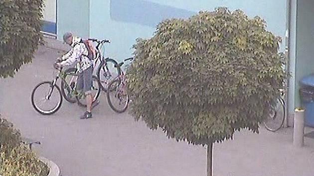 Zloděj zachycený kamerou při krádeži kola