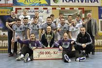 Házenkáři Baníku OKD Karviná obdrželi za vítězství v poháru další trofej a šek na 50 tisíc korun.