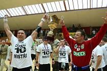 Sbrští legionáři Veljko Indjić (vlevo) a Nemanja Marjanović s trofejí, určenou mistrům ligy.