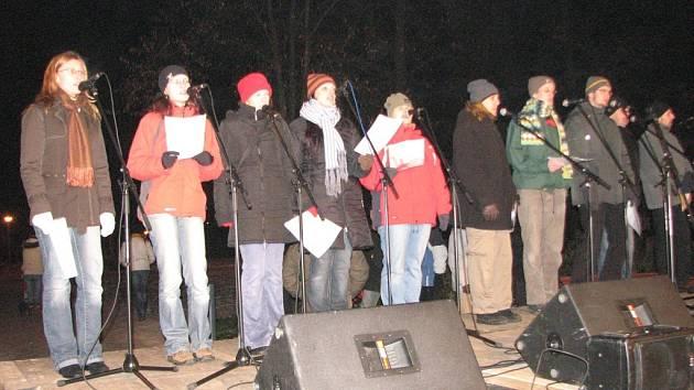 Křesťanský pěvecký sbor zazpíval vánoční písně a koledy.