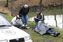 Policisté ohledávají utonulého muže.
